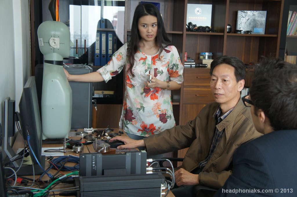 Maico y Lunar en laboratorio acústico de Vsonic.