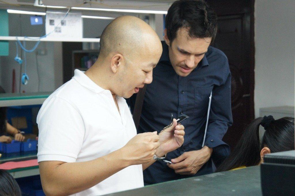 Foto tomada con James durante una visita a la fábrica de Fiio.