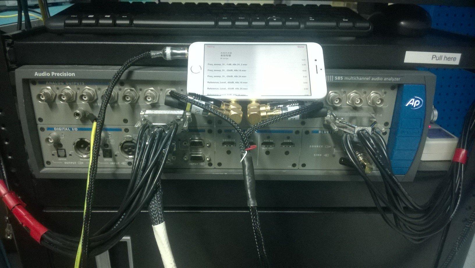 El iPhone 6 con el Audio Precision 585 al comienzo de las pruebas.