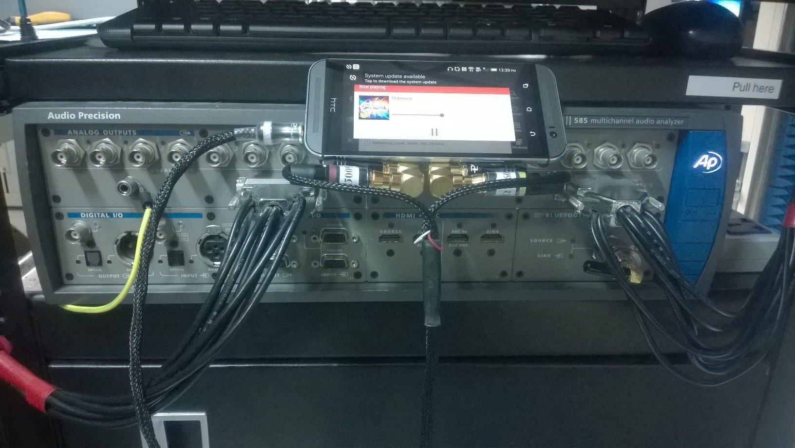 El HTC One M8 con el Audio Precision 585 al comienzo de las pruebas.