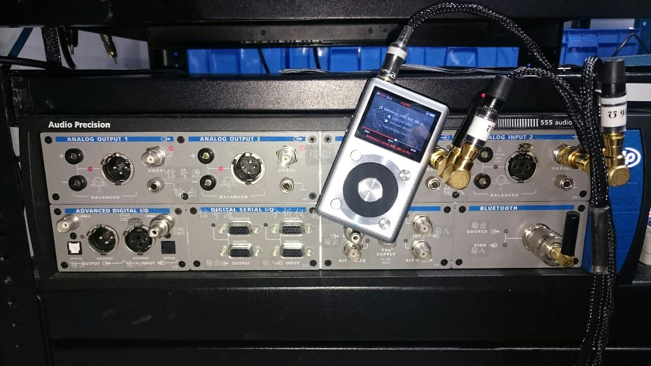 El reproductor portátil Fiio X3II junto al Audio Precision 555.