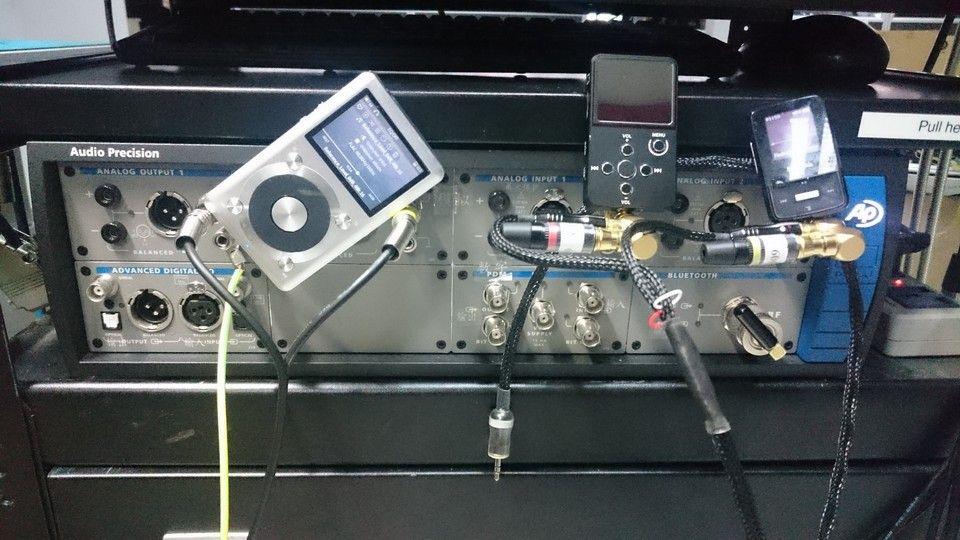 El Sansa Clip, Xduoo X2 y Fiio X1 junto al Audio precision AP555