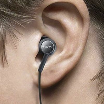 Tipos de auriculares, in ear cable hacia abajo.